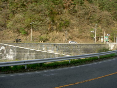 (国)143号改良に伴う補強土予備詳細設計 施工後1